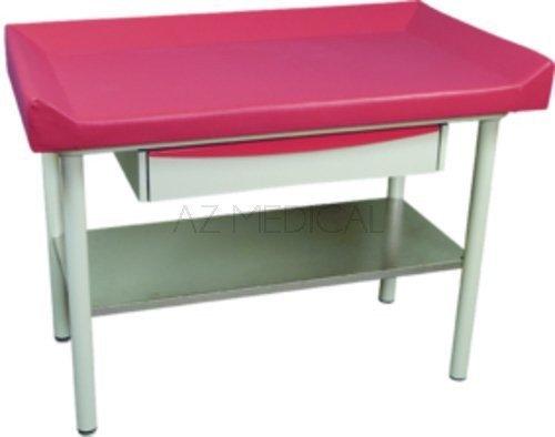 Table de pédiatrie Promotal - Le plateau inférieur en acier inoxydable